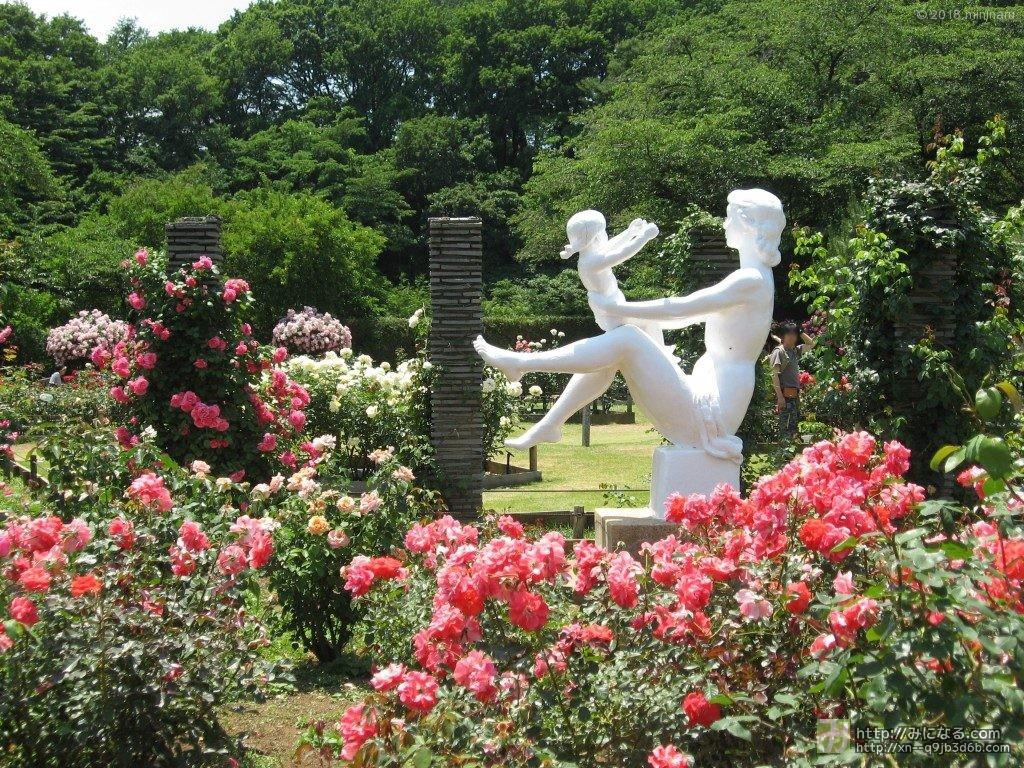 彫刻とばらの庭