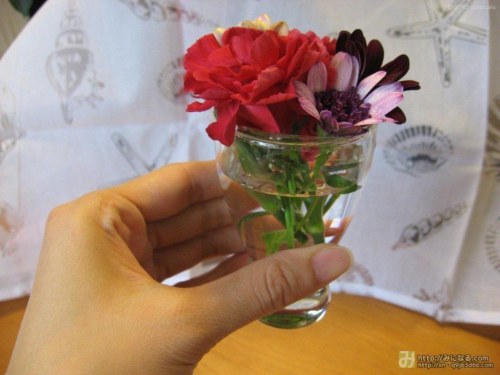 コップに生けた庭の花、大きさ